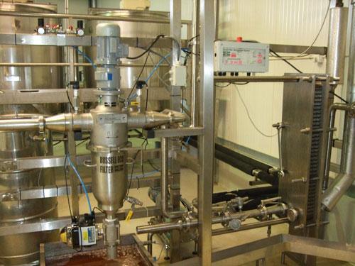 Il filtro autopulente industriale Self-Cleaning Russell Eco Filter® installato in una linea di lavorazione del miele